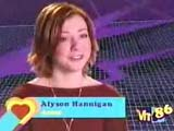 Alyson Hannigan devant un décord synthétique violet son nom en incrustation