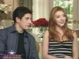Alyson Hannigan et Jason Biggs attentifs aux questions du journaliste