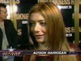 Alyson Hannigan en gros plan devant un mur couvert de Darkness Fall