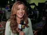 Alyson Hannigan tenant le micro avec en arrière plan les techniciens de Date Movie