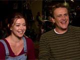 Alyson et Jason riant en répondant aux questions