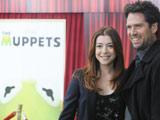 Alyson et Alexis à côté de l'affiche des Muppets