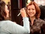 Alyson se faisant faire un racord maquillage sur le plateau