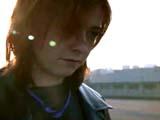 Alyson Hannigan en Lexi marchant tristement dos au soleil