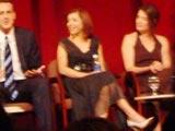 Alyson entourée de Jason et Cobie sur la scène