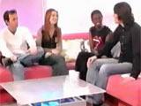 Alyson Hannigan sur le canapé rouge de T4 entre Luke et les 2 présentateurs