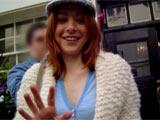 Alyson Hannigan me faisant un signe devant la porte du théatre