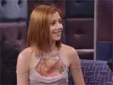 Alyson Hannigan souriante et portant un haut assez fin