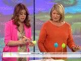 Alyson vernissant un oeuf de Pâques sur le plateau de Martha Stewart