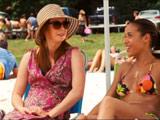Michelle discute avec une ancienne copine du band camp