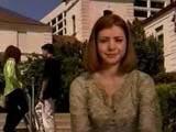 Alyson Hannigan sur le campus d'un lycée